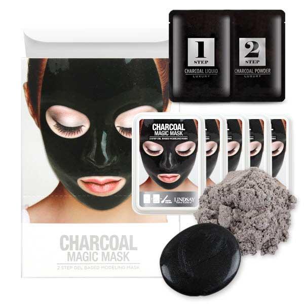 Slika devoje koja nosi crnu alginatnu masku za lice i ambalaže te kreme