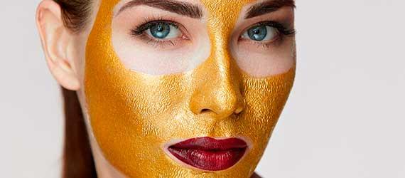 Slika žene koja nosi zlatnu farmstay masku za lice